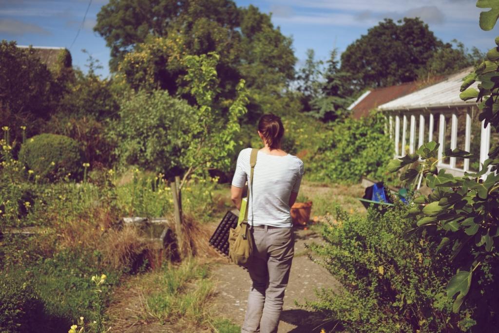 Alice Holden gardening, Do Grow